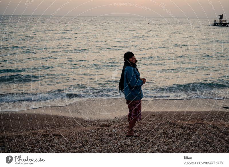 700 I Ein Mädchen am Strand freut sich Frau freuen lächeln Wellen kiesstrand Sonnenaufgang Urlaub Reisen Ferien & Urlaub & Reisen Meer Küste Sand Wasser