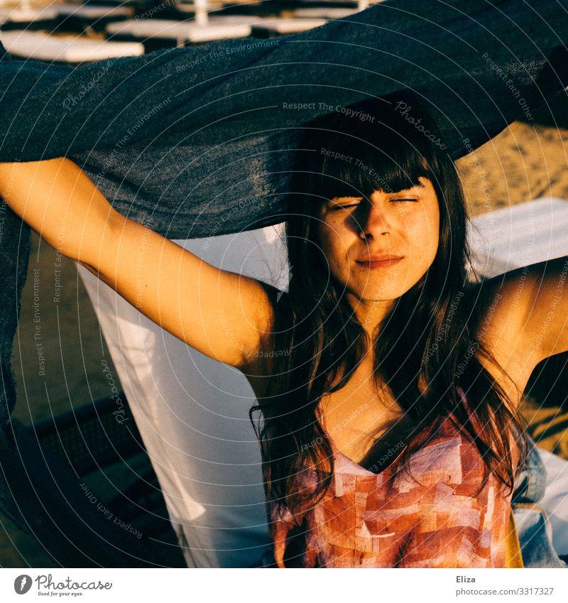 Sonnenanbeterin Mensch feminin Junge Frau Jugendliche Erwachsene 18-30 Jahre 30-45 Jahre Zufriedenheit genießen Sonnenlicht Gesicht Strand