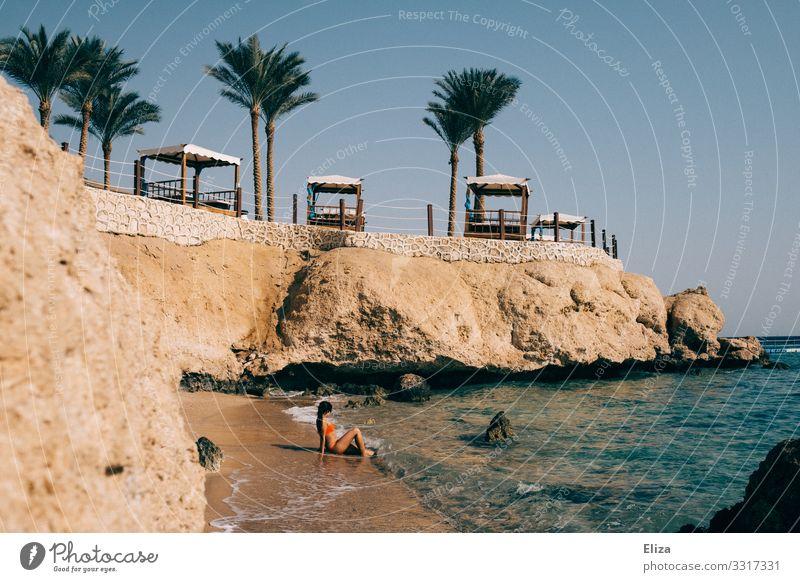 Frau sitzt im Urlaub am Strand und blickt aufs Meer Mensch Junge Frau Jugendliche Erwachsene Ferien & Urlaub & Reisen Hotel Bucht wellen Strandkorb Erholung