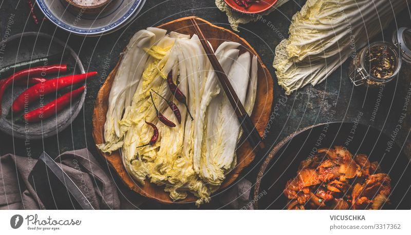Blätter des Chinakohls in der Schüssel für Kimchi Lebensmittel Gemüse Salat Salatbeilage Ernährung Bioprodukte Vegetarische Ernährung Diät Asiatische Küche
