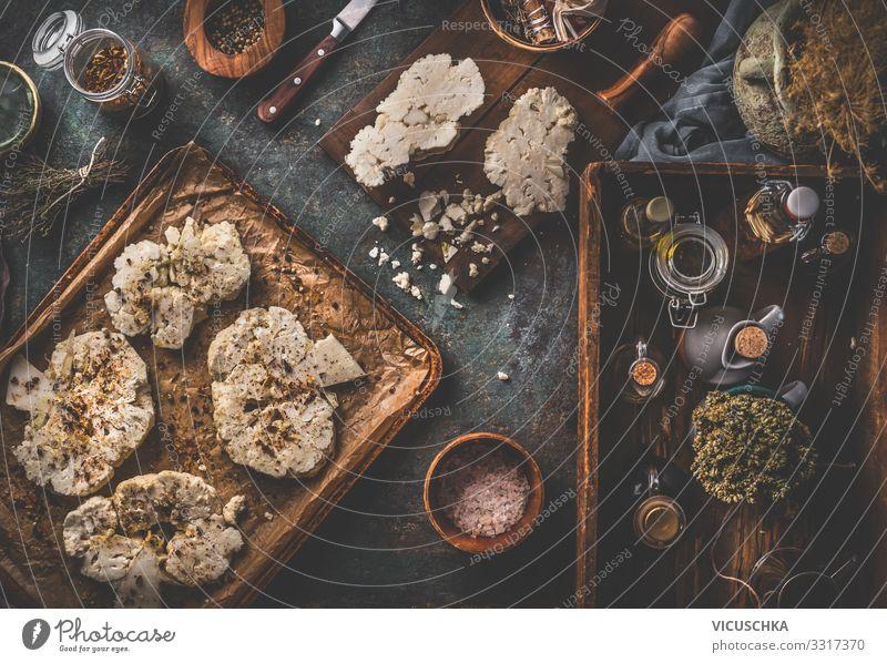 Vegan Blumenkohl Steaks auf Backblech Lebensmittel Gemüse Kräuter & Gewürze Ernährung Bioprodukte Vegetarische Ernährung Diät Geschirr Design Gesunde Ernährung