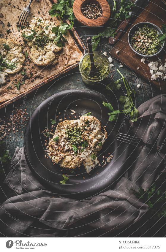 Blumenkohl Steak mit Grünkohl Pesto und Pinienkernen Lebensmittel Gemüse Kräuter & Gewürze Bioprodukte Vegetarische Ernährung Diät Geschirr Teller Design