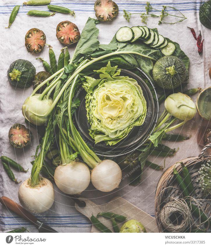 Grünes Gemüse vom Garten auf Küchentisch Lebensmittel Salat Salatbeilage Ernährung Bioprodukte Vegetarische Ernährung Diät kaufen Design green vegetables