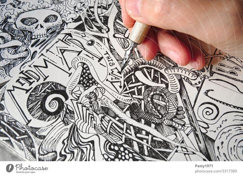 Detailaufnahme einer Hand, die mit einer Zeichenfeder  bizarre, surreale Formen und Strukturen in ein Skizzenbuch zeichnet 1 Mensch Kunst Künstler Zeichnung