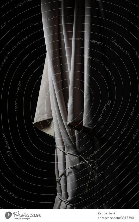 Sonnenschirm bei Nacht Stoff festhalten stehen warten grau schwarz weiß geduldig standhaft Einsamkeit Falte Faltenwurf gefesselt Gedeckte Farben Außenaufnahme