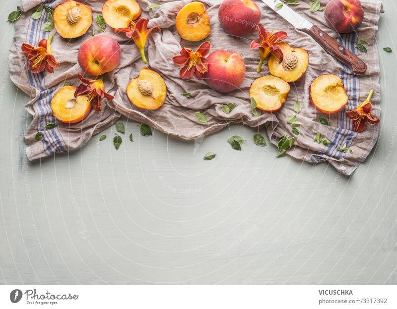 Ganzer und halber Pfirsich mit Gartenblumen Lebensmittel Frucht Ernährung Bioprodukte Vegetarische Ernährung Diät Messer Stil Gesunde Ernährung Sommer Design