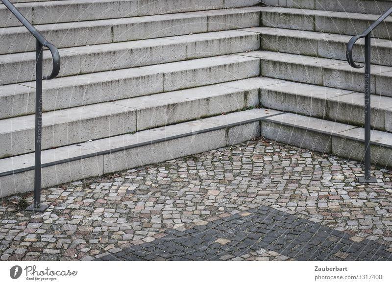 Entscheidung Berlin Stadt Menschenleer Platz Treppe Treppengeländer Pflastersteine Kopfsteinpflaster Stein Beton eckig trist grau Ordnungsliebe Langeweile