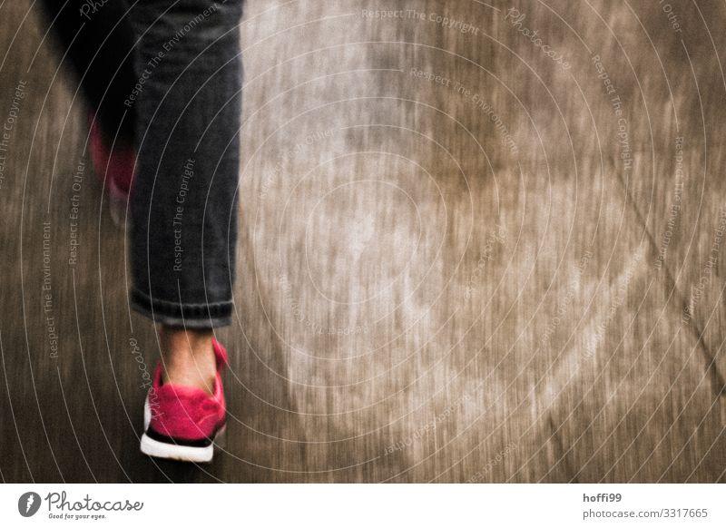 schnelle Schritte in rotem Schuh Mensch Beine Fuß 1 rennen Bewegung gehen laufen ästhetisch Geschwindigkeit sportlich Stadt braun rosa Kraft Tatkraft