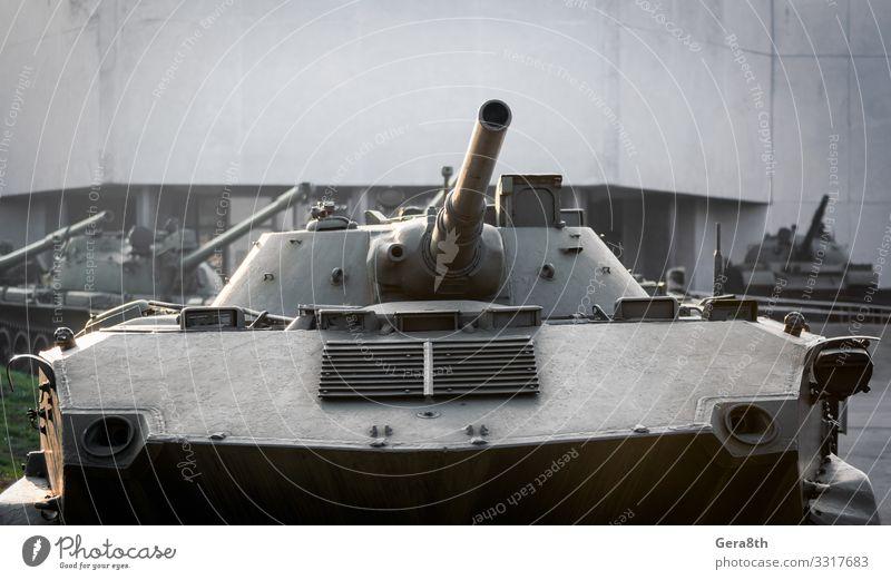Militärische Armeeausrüstung Panzer auf einer Stadtstraße in der Ukraine Haus Gebäude Verkehr Straße bedrohlich Schutz Krieg Krim Rüstung gepanzert attackieren
