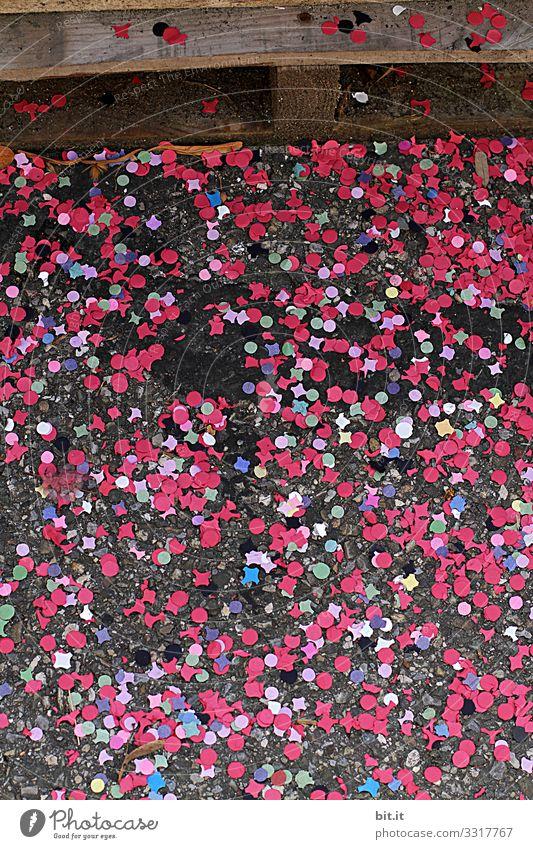 *1700* - buntes Konfetti aus Papier, liegt nach einer Feier zu Fasching und Karneval, verteilt auf der Straße und wartet auf den Straßenfeger. Party
