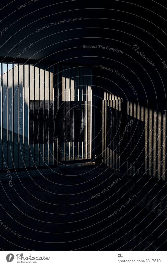 gitter Menschenleer Mauer Wand Tor Barriere Gitter Metall dunkel eckig gruselig Platzangst Schutz Sicherheit Einfahrt Farbfoto Gedeckte Farben Außenaufnahme