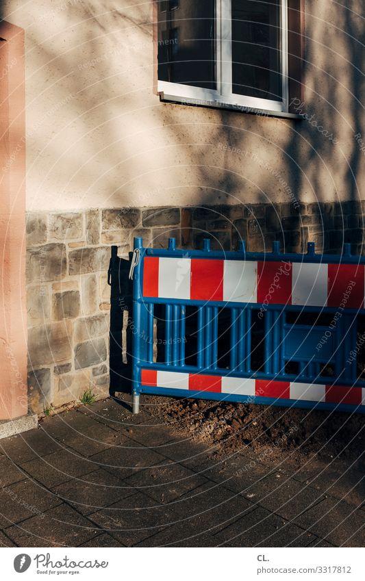 absperrung Baustelle Haus Mauer Wand Fenster Verkehrswege Wege & Pfade Barriere stagnierend Wandel & Veränderung Farbfoto Außenaufnahme Menschenleer