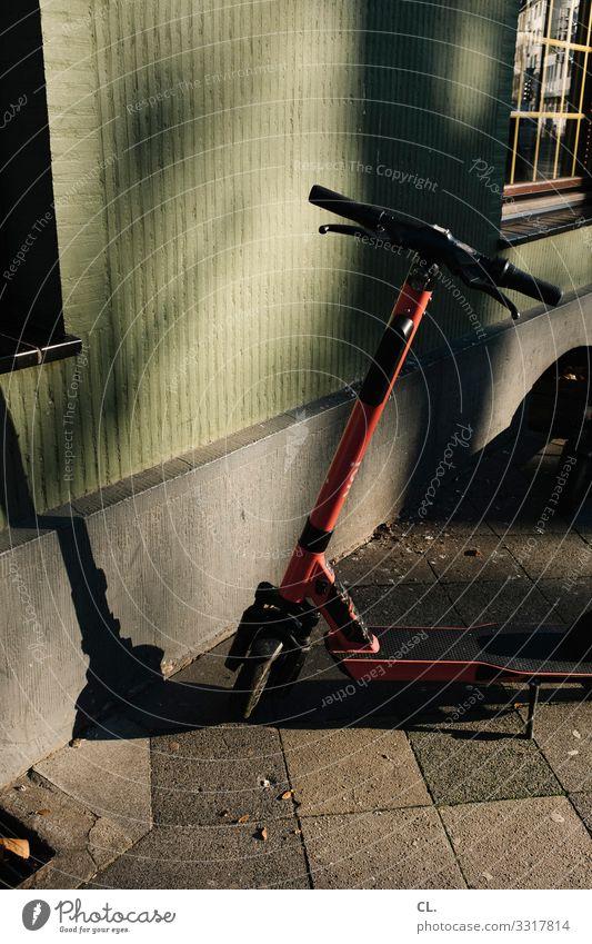 elektroroller Haus Mauer Wand Verkehr Verkehrsmittel Verkehrswege Straße Wege & Pfade Fahrzeug e-scooter Mobilität Stadt Farbfoto Außenaufnahme Menschenleer