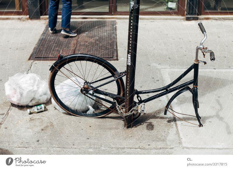 f hr ad Mensch 1 New York City USA Nordamerika Stadt Verkehr Verkehrsmittel Verkehrswege Fahrradfahren Straße Wege & Pfade Müll Müllsack Plastiktüte Schloss