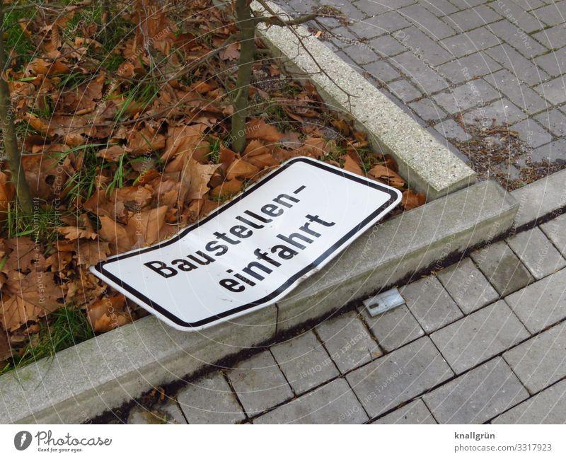 Baustelleneinfahrt Stadt weiß Blatt schwarz braun grau Schriftzeichen Kommunizieren liegen Schilder & Markierungen kaputt Hinweisschild Sicherheit Bürgersteig