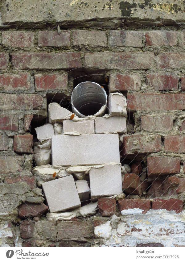 sitzt, passt, wackelt und hat Luft weiß Haus Wand Mauer Stein braun grau dreckig kaputt Verfall Loch Renovieren bauen Reparatur kompetent