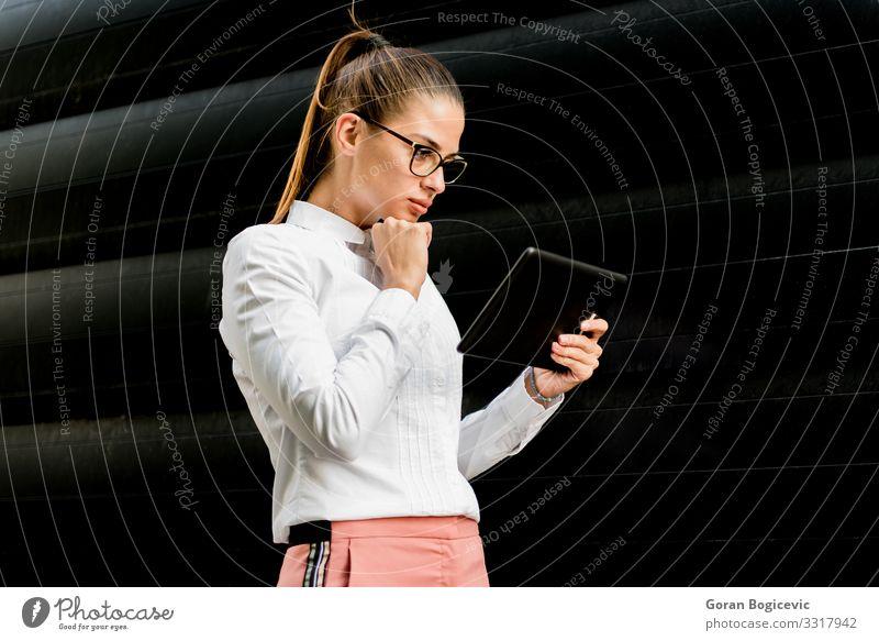 Hübsche junge Frau mit digitalem Tablett beim Bürogebäude Lifestyle elegant Stil schön Arbeit & Erwerbstätigkeit Business Technik & Technologie High-Tech
