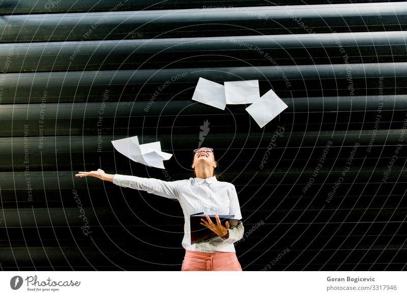 Junge Geschäftsfrau wirft draußen Papierdokumente aus Lifestyle schön Erfolg Arbeit & Erwerbstätigkeit Beruf Business Mensch Frau Erwachsene stehen werfen