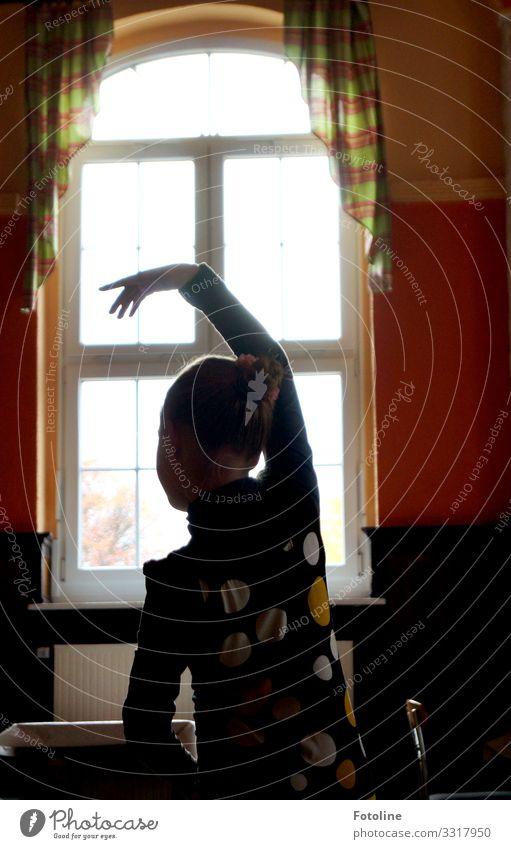 kleine Tänzerin Mensch feminin Kind Mädchen Kindheit Körper Kopf Rücken Arme Hand Finger 1 Haus Fenster elegant hell mehrfarbig Tanzen Balletttänzer üben