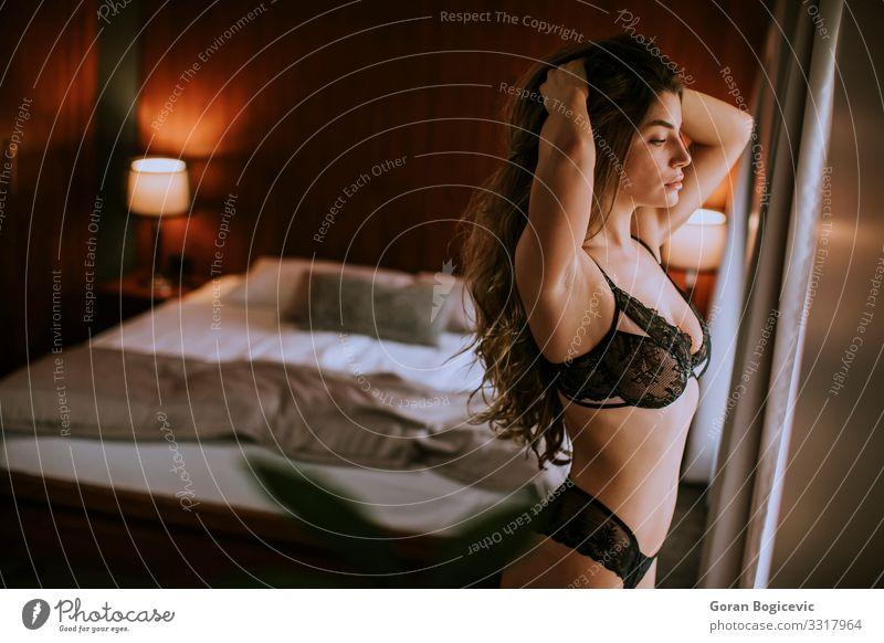 Schöne Frau in Dessous in ihrer schönen Wohnung Lifestyle elegant Körper Schlafzimmer Mensch Junge Frau Jugendliche Erwachsene 1 18-30 Jahre Mode Unterwäsche