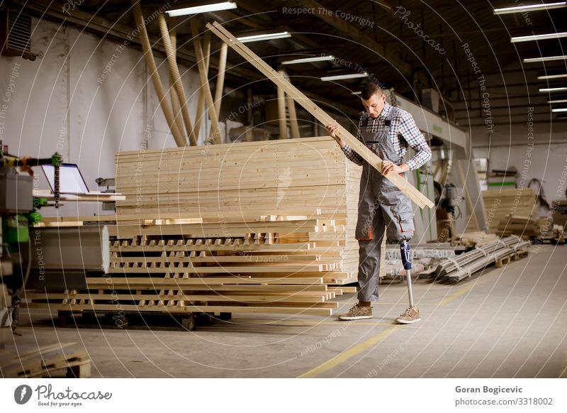 Mann Erwachsene Business Arbeit & Erwerbstätigkeit Industrie Sicherheit Beruf Möbel Teile u. Stücke Fabrik Arbeitsplatz Werkzeug Mitarbeiter Behinderte