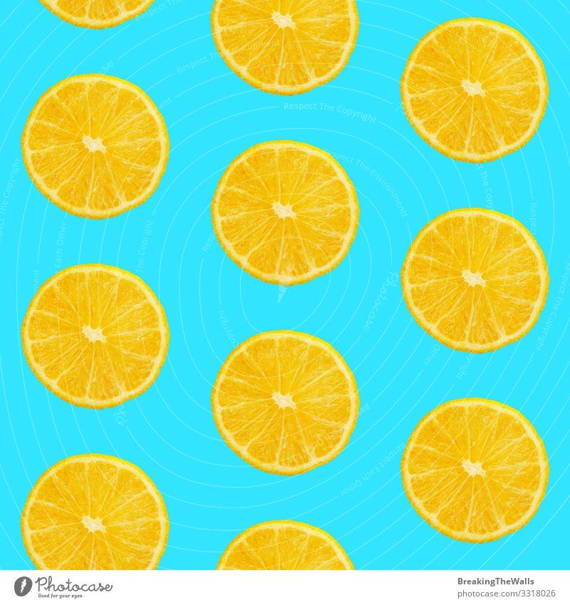Nahtloses Muster von Orangen auf blauem Hintergrund Lebensmittel Frucht Essen Vegetarische Ernährung Design Gesunde Ernährung frisch saftig gelb Farbe Mandarine