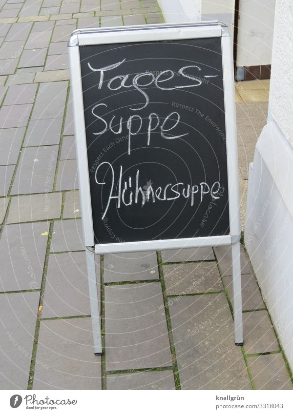 Tagessuppe weiß Haus schwarz Gesundheit Essen grau Schriftzeichen Kommunizieren genießen Hinweisschild Fußweg lecker Neugier Bürgersteig Tafel Mittagessen