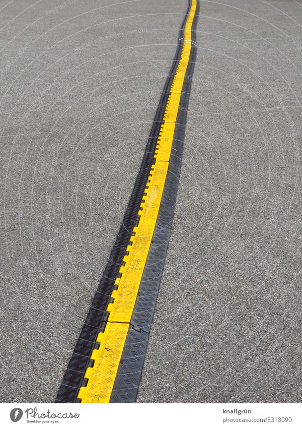 Mehrere Meter Schwarz-gelbe Kabelbrücke von unten nach oben durchs Bild laufend Sicherheit Schutz Barriere Menschenleer Tag Farbfoto Außenaufnahme schwarz-gelb