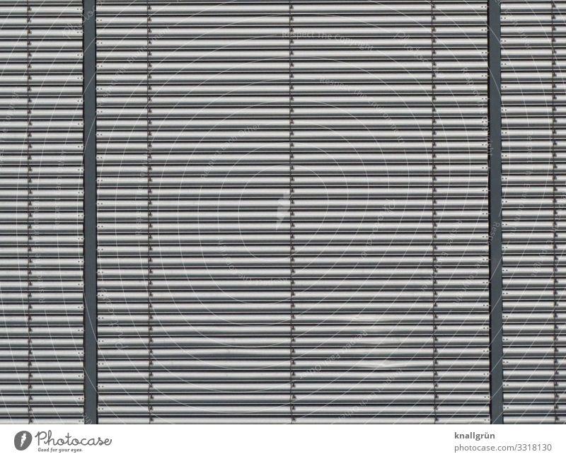 Nahaufnahme einer Lamellen Fassade aus Metall Lamellenfassade Wand Muster waagerecht quer silber Strukturen & Formen Linie Außenaufnahme Streifen Architektur