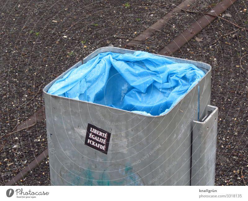 LIBERTÉ ÉGALITÉ FCKAFDÉ Müllbehälter Mülltüte Etikett Kommunizieren blau grau silber Gefühle Stimmung Verantwortung Freiheit Gesellschaft (Soziologie) gleich