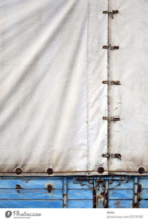 voll verplant (1) plane textil kunststoff blau muster struktur abdeckung weiß linien schnalle holz anhänger alt schutz sicherheit laderaum rost verwittert