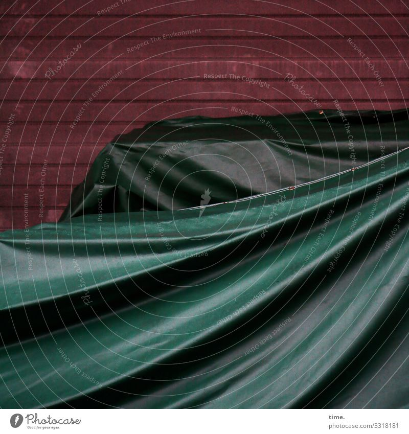 voll verplant (2) plane textil kunststoff muster struktur abdeckung linien holz alt schutz sicherheit falte faltenwurf wand grün rot geheimnis Rätsel