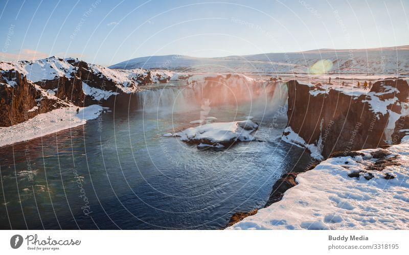 Godafoss der bekannteste Wasserfall Islands Natur Landschaft Himmel Wolkenloser Himmel Sonnenlicht Frühling Winter Wetter Schönes Wetter Schnee Hügel Küste