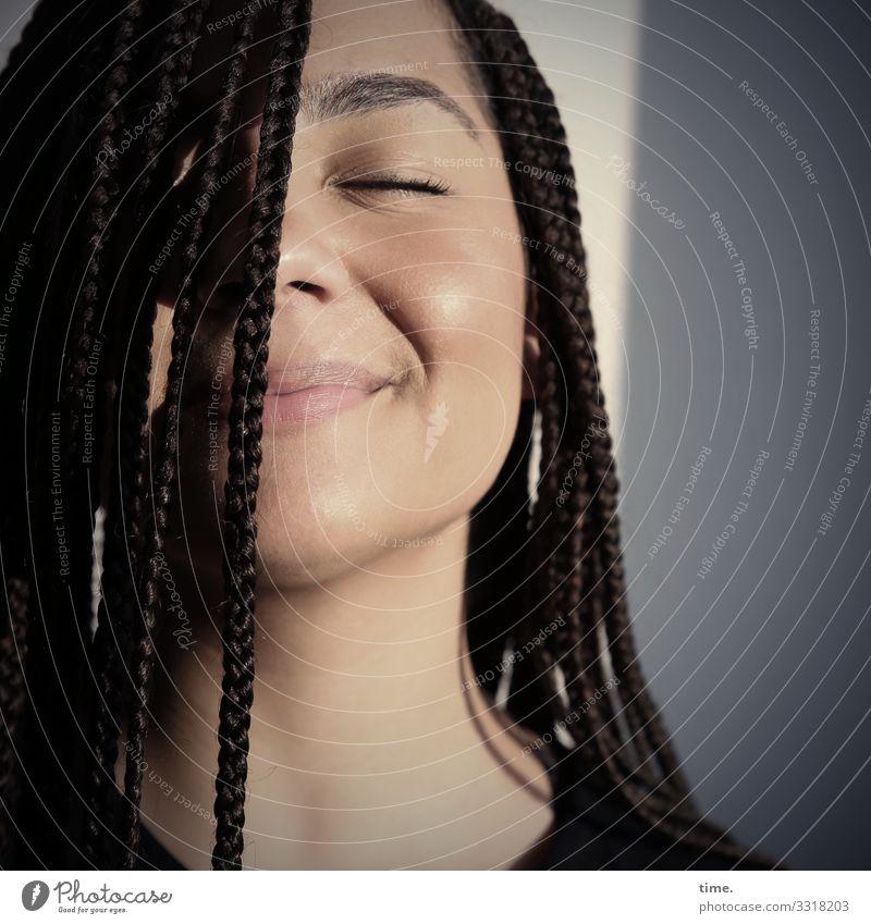 Nikolija Raum feminin Frau Erwachsene 1 Mensch Mauer Wand T-Shirt brünett langhaarig Afro-Look genießen Lächeln träumen Gefühle Stimmung Glück Lebensfreude