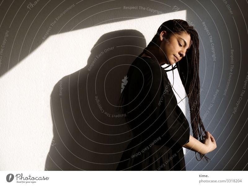 Nikolija Raum feminin Frau Erwachsene 1 Mensch Kleid Haare & Frisuren brünett langhaarig stehen träumen Leidenschaft achtsam Vorsicht Gelassenheit ruhig