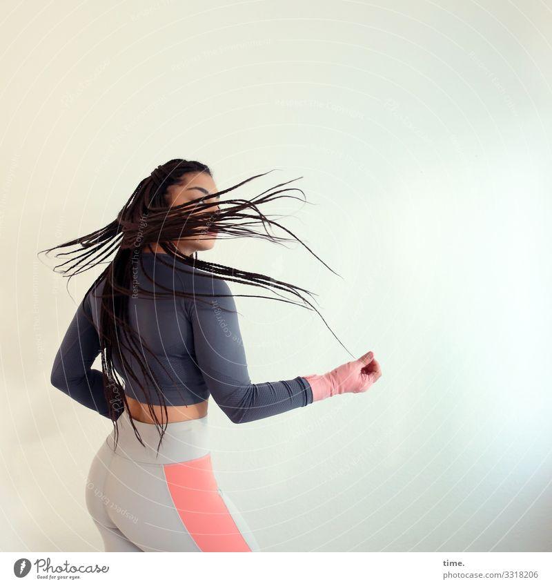 Nikolija Fitness Sport-Training feminin Frau Erwachsene 1 Mensch Theaterschauspiel T-Shirt Hose sportlich bandagieren brünett langhaarig Afro-Look drehen stehen