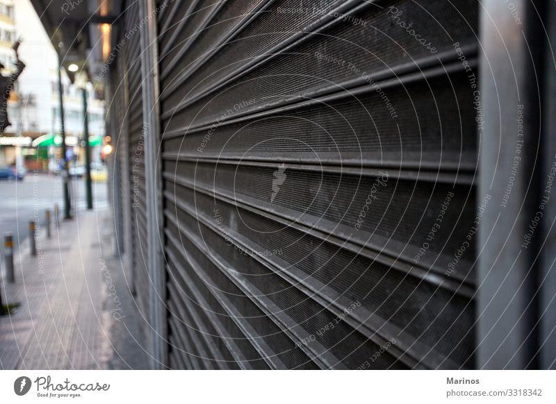 Metalltor zum Schutz eines Ladens. Laden schließen. kaufen alt Sicherheit Geborgenheit Tür Gate Fensterladen altehrwürdig bügeln Hintergrund Konsistenz Zaun