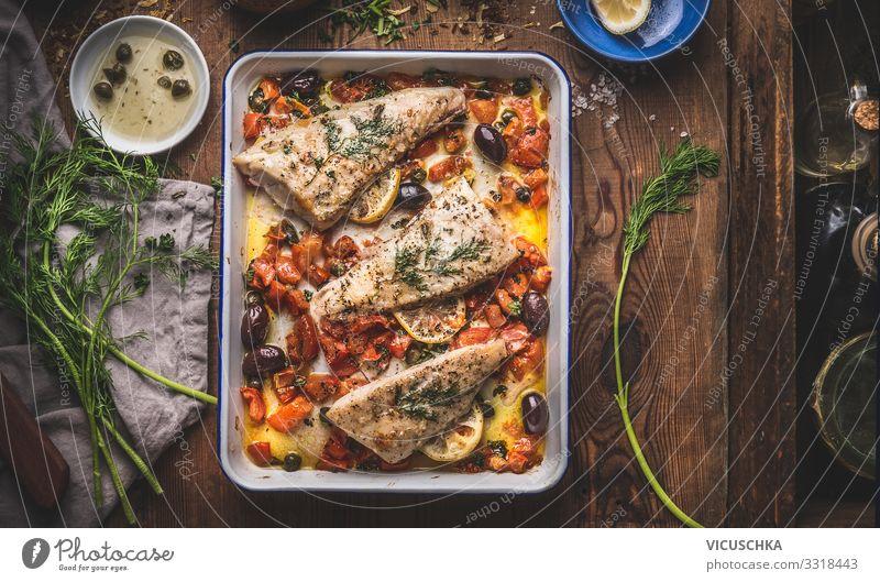 Leckere Fischfilets in mediterraner Sauce Lebensmittel Ernährung Diät Geschirr Stil Design Gesunde Ernährung Häusliches Leben Restaurant bass fish fillets