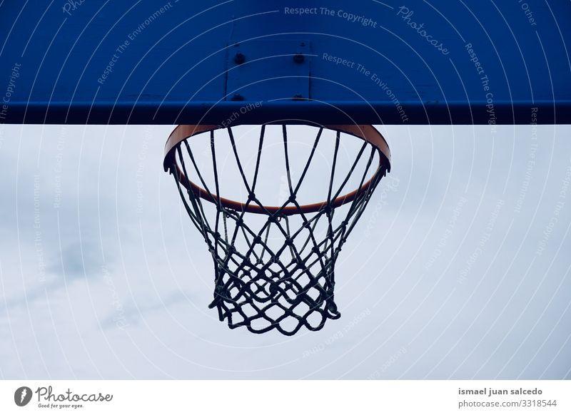 Basketballkorb auf der Straße, Straßenkorb in der Stadt Bilbao Spanien Reifen Korb Himmel blau Silhouette kreisen anketten metallisch Netz Sport Sportgerät