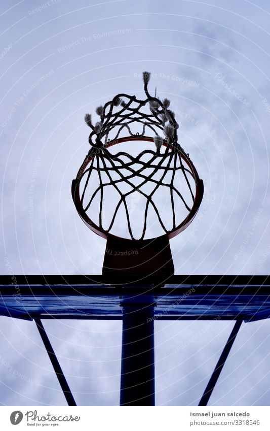 Basketballkorb-Silhouette, Straßenkorb in der Stadt Bilbao Spanien Reifen Korb Himmel blau kreisen anketten metallisch Netz Sport Sportgerät spielen Spielen