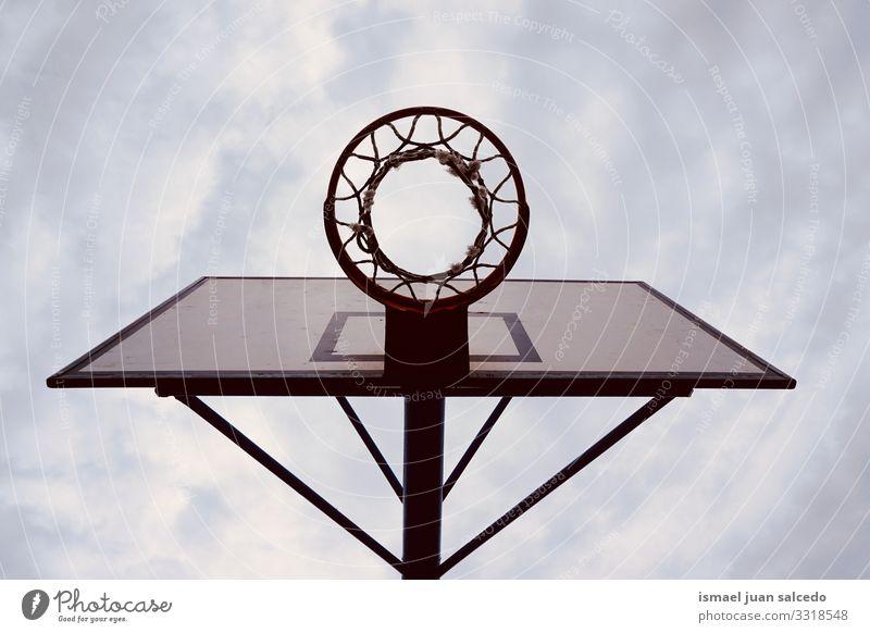 Basketballkorb-Sportgeräte auf der Straße, Straßenkorb in der Stadt Bilbao Spanien Reifen Korb Himmel blau Silhouette kreisen anketten metallisch Netz spielen