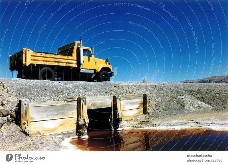 45 Grad in der Sonne Wasser Himmel ruhig Verkehr Brücke USA Autobahn parken Transporter Pickup Salzsee