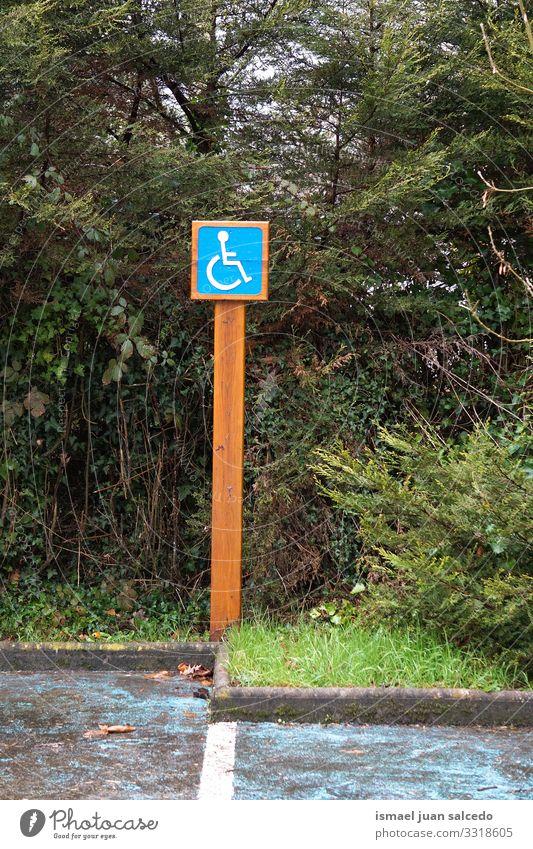 Rollstuhlfahrerampel auf der Straße in der Stadt Bilbao Spanien Ampel Verkehrsgebot Zeichen signalisieren Symbol deaktiviert Behinderten-Zeichen parken
