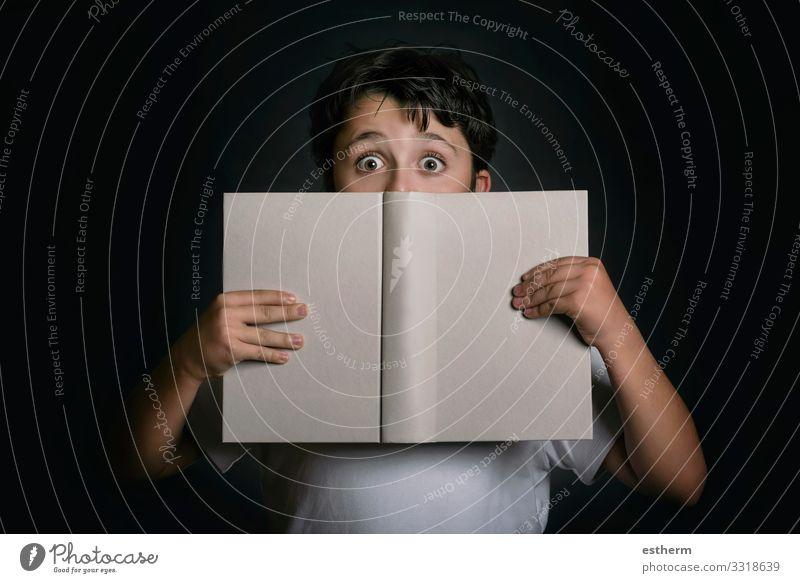 neugieriges Kind mit Buch Lifestyle Spielen lesen Schule Schulkind Schüler lernen Student Mensch maskulin Kindheit 1 8-13 Jahre Denken Neugier Gefühle Erfolg