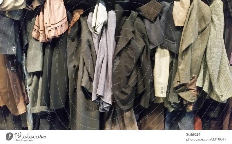viele alte Jackets nebeneinander aufgehängt Bekleidung Kleid Anzug Mantel Oberbekleidung hängen elegant hässlich blau braun grau schwarz Ordnungsliebe
