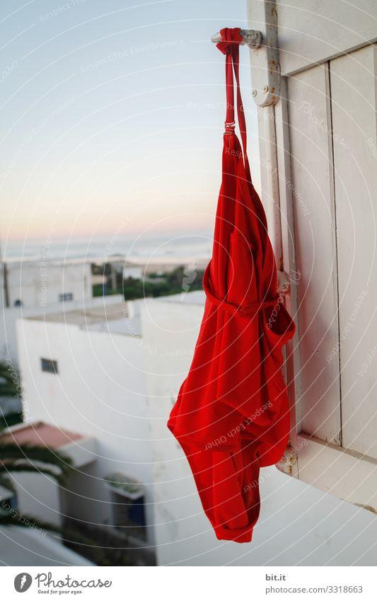 Badeanzug an Fensterladen am Meer Lifestyle Wellness Wohlgefühl Zufriedenheit Sinnesorgane Spa Schwimmbad Schwimmen & Baden Ferien & Urlaub & Reisen Tourismus