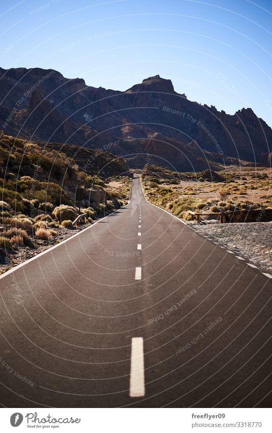 Leere Straße in die Berge Ferien & Urlaub & Reisen Tourismus Ausflug Abenteuer Ferne Freiheit Sightseeing Sommer Berge u. Gebirge Umwelt Natur Landschaft Himmel