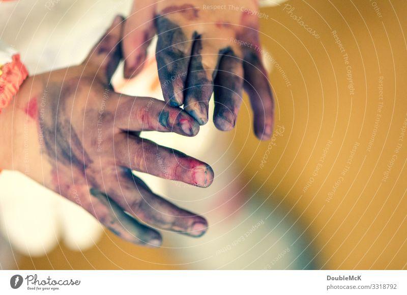 Angemalte Finger, die sich berühren Mensch Kind Kleinkind Kindheit Hand 1 1-3 Jahre 3-8 Jahre gebrauchen machen zeichnen Spielen authentisch dreckig
