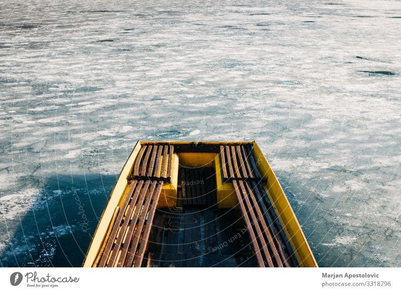 Boot auf einem zugefrorenen See Natur Wasser Winter Klima Eis Frost Küste Seeufer Kristalle frieren alt kalt Stimmung Einsamkeit Umwelt Wasserfahrzeug ländlich