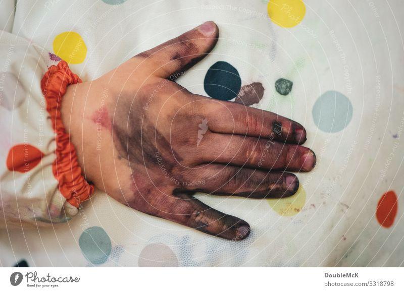 Schmutzige Hand wird an Malschürze abgewischt Mensch Kind Kleinkind Kindheit Finger 1 1-3 Jahre 3-8 Jahre berühren festhalten authentisch dreckig nah mehrfarbig